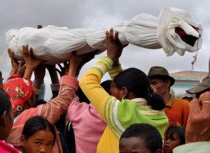 Фамадихана – погребение на Мадагаскаре